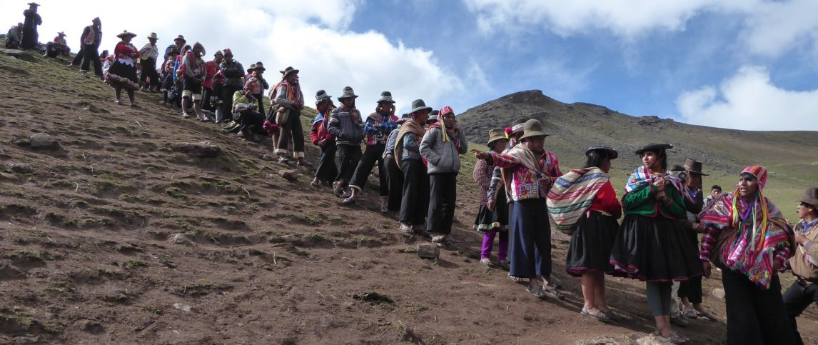 Netjes op hun beurt wachtend tot een luie toerist hun paardje uitzoekt. Onderweg naar Rainbow mountain