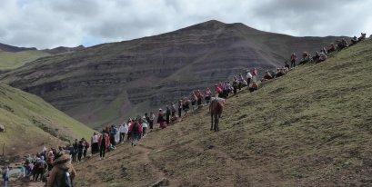 Gelukkig voor de locals waren er ook heel veel toeristen. Onderweg naar Rainbow mountain