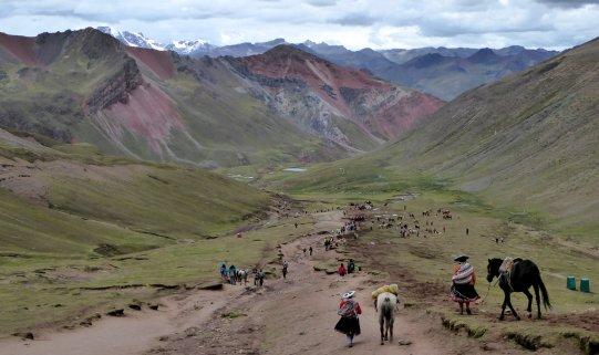 Met z'n allen 'wegrennen' voor de naderende hagelbui... Rainbow Mountain