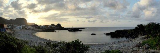 Baai bij zonsondergang. Lanyu island