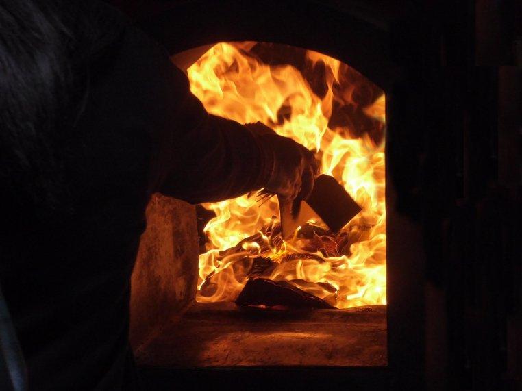Papiertjes verbranden voor good luck. Tainan