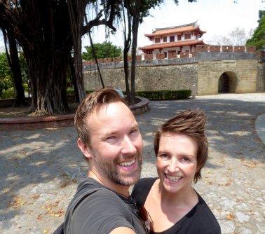 Hep'ie us bij de oude stadsmuur van Tainan.