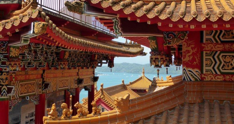 De rijkelijk versierde dakjes van de Wenwu tempel. Sun & Moon lake