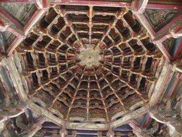 Van onder tot boven versierd. Lungshan temple, Lukang