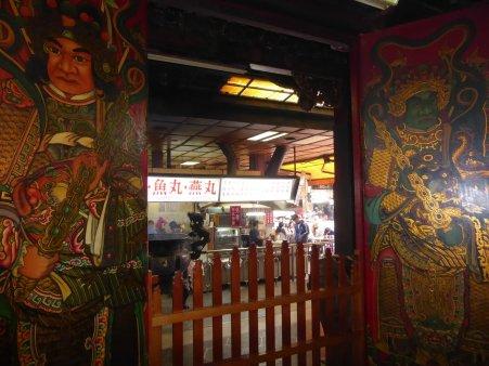 Tempel opgeslokt in de markt. Lukang