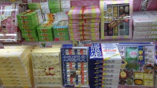 De in Nederland wat minder gewaardeerde grootverpakkingen Japanse lekkernij. Tokio, Japan