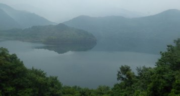 Mistig meertje onderweg naar Mount Ishizuchi. Japan
