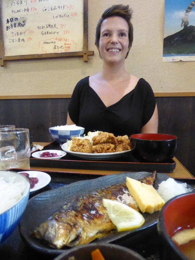 Gegrilde makreel en gefrituurde kip! Tokio, Japan