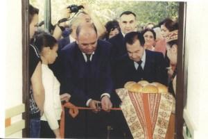 Ձախին՝ Արարատեան մարզպետն ու աջին Մաէսթրօ Սայեանը կը հատեն մուտքի ժապաւէնը վերակառուցուած երաժշտական դպրոցի