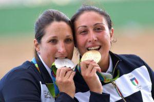 Chiara Cainero (sinistra) e Diana Bacosi (destra) festeggiano sul podio olimpico (fonte foto: Nanopress)