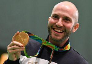 Campriani sorride mostrando la medaglia vinta a Rio 2016