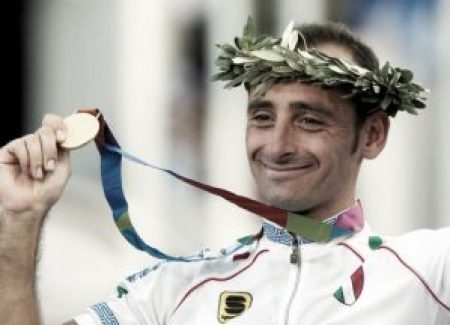 Bettini mostra la medaglia d'oro conquistata