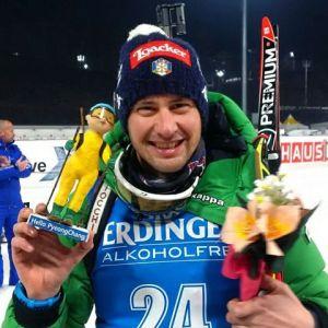 Dominik Windisch in posa con una bambola coreana fatta a mano, regalatagli in occasione della tappa della Coppa del mondo a Pyeongchang, sede delle future Olimpiadi invernali