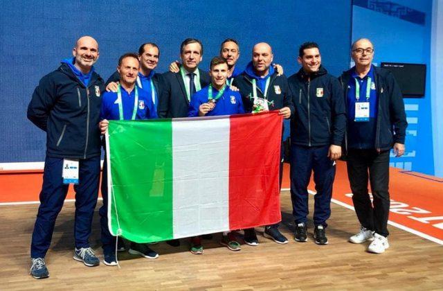 Mirco Scarantino festeggia il bronzo mondiale di sollevamento pesi. Foto: federpesistica.it