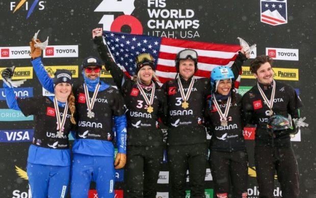 Omar Visintin e Michela Moioli festeggiano sul podio la medaglia d'argento nel team event del cross ai Mondiali di snowboard 2019 di Park City