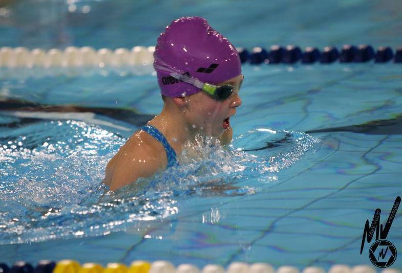 Tess Vonk blinkt uit op drie zwemnummers