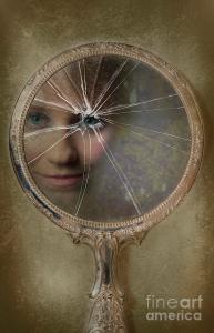 face-in-broken-mirror-visual marketing