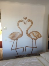 Flamingos in Love. Michel & Friends Hotel Hodenhagen 2018. Gesprühte Illustration-jedes Zimmer mit individueller Gestaltung. Spraypainted illustration, every room with a customized topic.