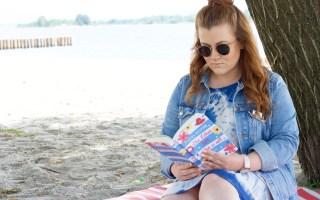 """Beitragsbild zur Buchvorstellung: Ich stelle euch den neuen Roman """"Das Leben fällt, wohin es will"""" von Petra Hülsmann vor & erkläre, was ihn für mich zum perfekten Sommerbegleiter macht. - Fashion Blog Leipzig"""