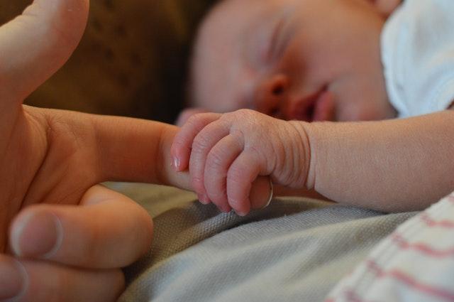 Help! Mijn 6 weken oude baby slaapt NIET (door)!