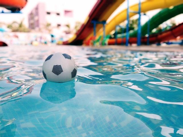 Moeder ziet man en kinderen verdrinken in zwembad