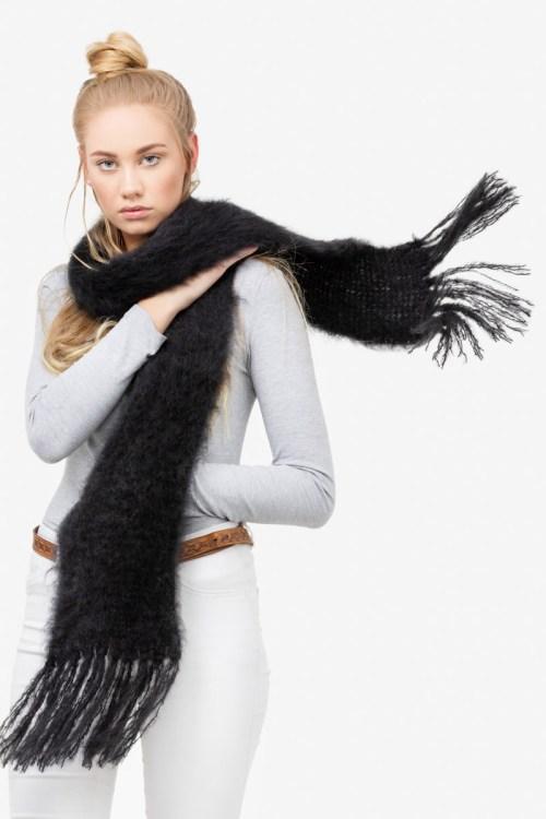 Model-Cuddles-Black