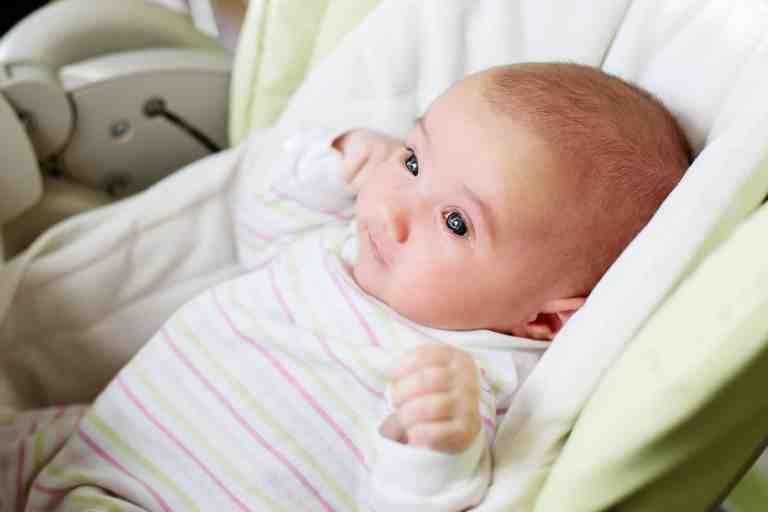 Baby in Babyschaukel
