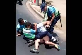 3 Policías Vs. 1 Hombre indignado. Adivinen quién ganó? (Video Viral Nicaragua)
