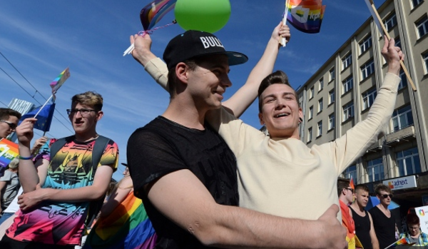 50 Thousand Take To The Streets In Warsaw, Poland To March For PRIDE - Videos