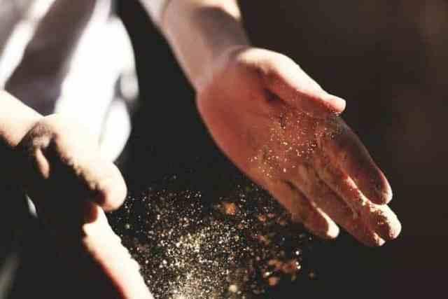 Hände und Mehl