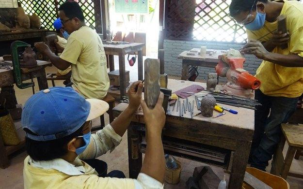 Les artisans d'Angkor en train de travailler