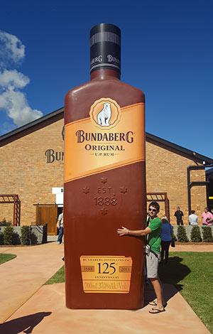 Keuvin et sa bouteille géante à Bundaberg
