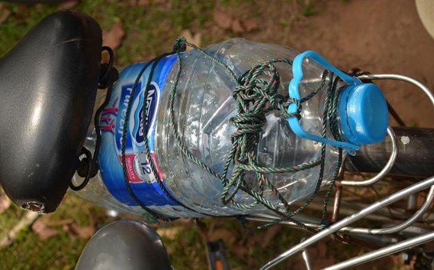 Le bidon d'eau fixé sur le vélo