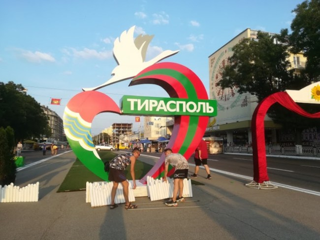 Preparation on the streets in Tiraspol of decorations for Transnistria's Independence day