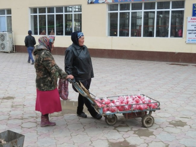 ladies selling tomatos in Nukus bazaar