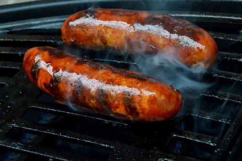 Chorizo-Würstchen auf dem Landmann Pantera 2.0