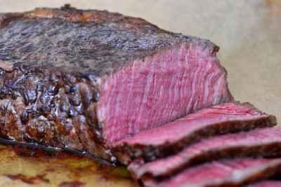 Rückwärts gegrilltes Steak mit sehr dünnem (grauen) Garrand zwischen Kruste und rotem Fleisch.