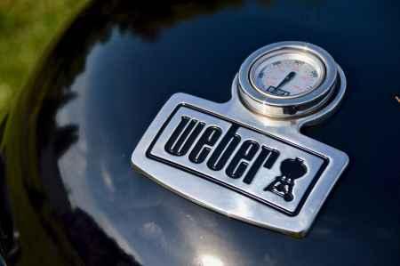 Großes Weber-Logo auf dem Deckel des Kugelgrills