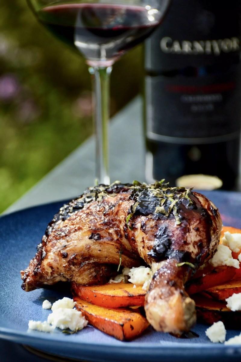 Rezept für gegrillte Hähnchenschenkel mit Carnivor Rotwein-Sauce und gegrilltem Kürbis