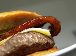 Bison-Burger mit Duroc-Naturbacon von gourmetfleisch.de