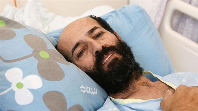 بعد أزيد من 100 يوم إضراب عن الطعام أسير فلسطيني يعانق الحرية