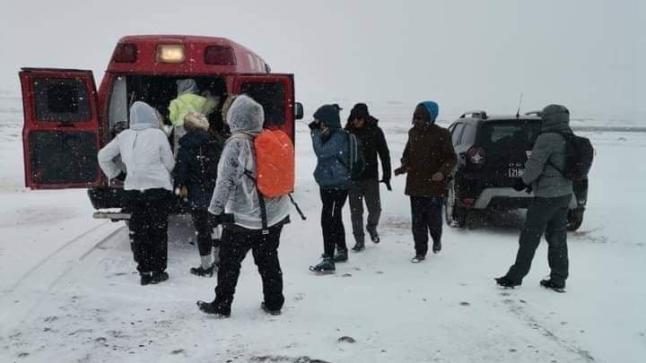 الثلوج تحاصر 15 شخصا وفرق الإنقاذ تتدخل