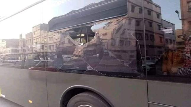 حافلات ألزا البيضاء تتعرض للتخريب في يومها التجريبي الأول