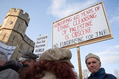 تظاهرة أمام قصر ويندسور في المملكة المتحدة، للاحتجاج على احتفال لجمع التبرعات لصالح الصندوق القومي اليهودي، نيسان 2