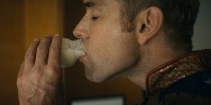 The Boys Anthony Starr ha ricreato la scena di Patriota e del latte in un surreale momento durante un panel