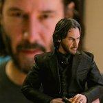 Keanu Reeves insieme alla sua figure della Hot Toys di John Wick in alcune foto