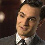 Poirot sul Nilo: Tom Bateman sarà di nuovo Bouc, il film slitta di un anno