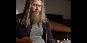 Chris Hemsworth, nei panni di Thor Lebowski, suona la cover di Hurt di Johnny Cash in un video