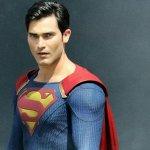 Arrowverse: Superman ha un nuovo costume nella foto dal set del crossover Elseworlds