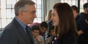 Robert De Niro è lo stagista di Anne Hathaway nel primo trailer di The Intern